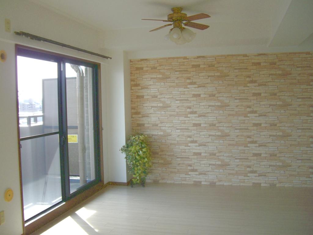 リビング全面張替後、床と壁紙の色調が温かさを感じます。