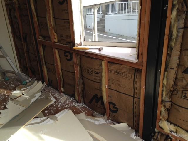 室内側の壁を取り壊し、内部が露出しています。
