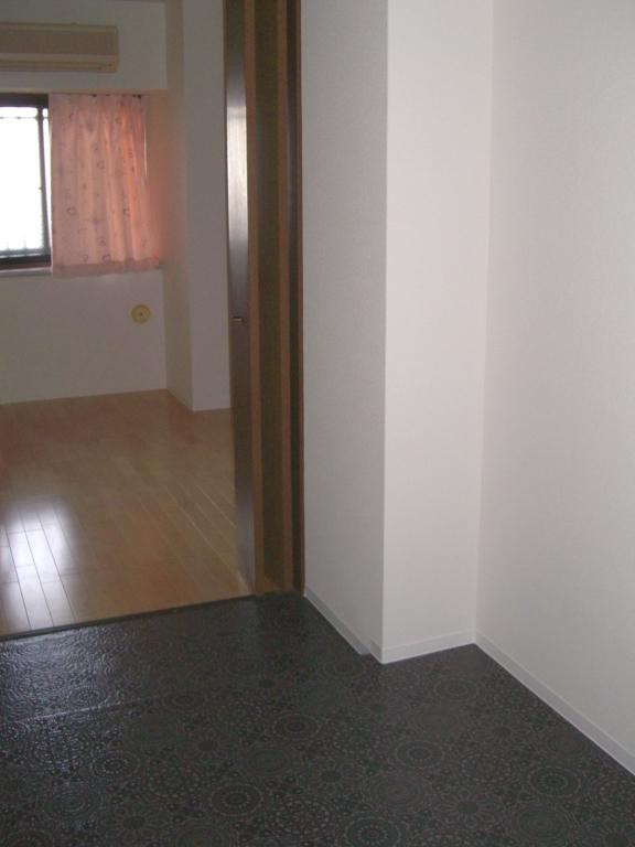 床にはクッションフロアーを張り、家具を置いても床に傷がつきにくくなります。