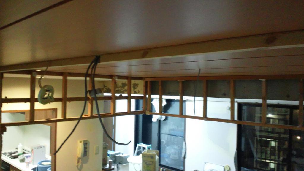 壁の位置をずらすことで、照明器具の配線位置も変更しました。