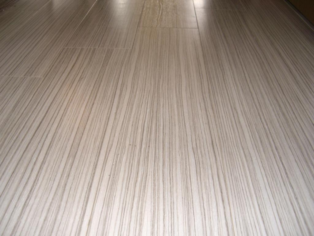 張替後のリビングの床です。消音効果のある床材を使用しています。