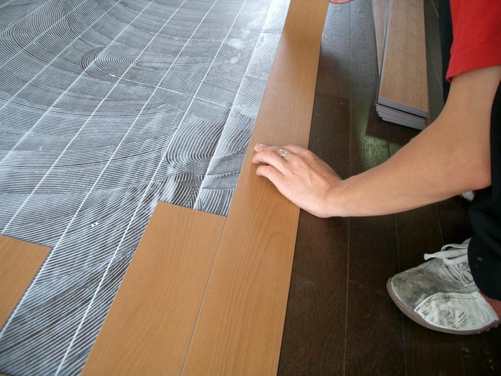大きな板ではなく、カットされたものを、、一枚一枚丁寧に貼り付けます。