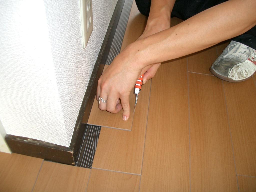 壁間際の床は調整します。丁寧に合わせ、床全体が一枚の板の板のようにします。