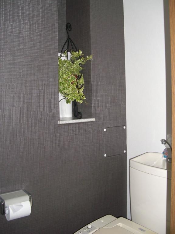 トイレは落ち着いた色調の壁紙(アクセントクロス)で。上品な空間です。