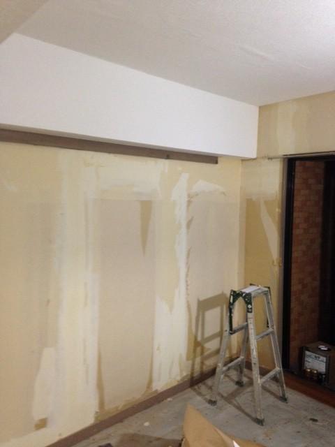 古い壁紙を全て取り除きます。下地の凹凸も平らにします。