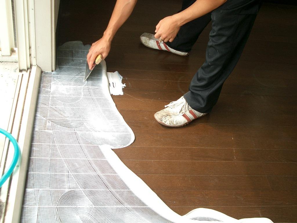 新しい床にするため、糊を塗っていきます。