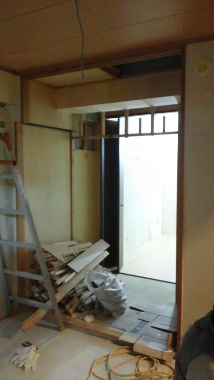 押入側面・天井を整え、電気の配線を通します。
