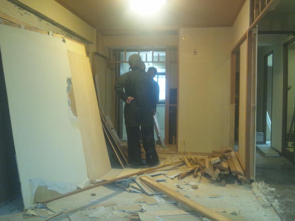 押入れ部分の撤去工事。押入れの奧の壁を取り除きます。