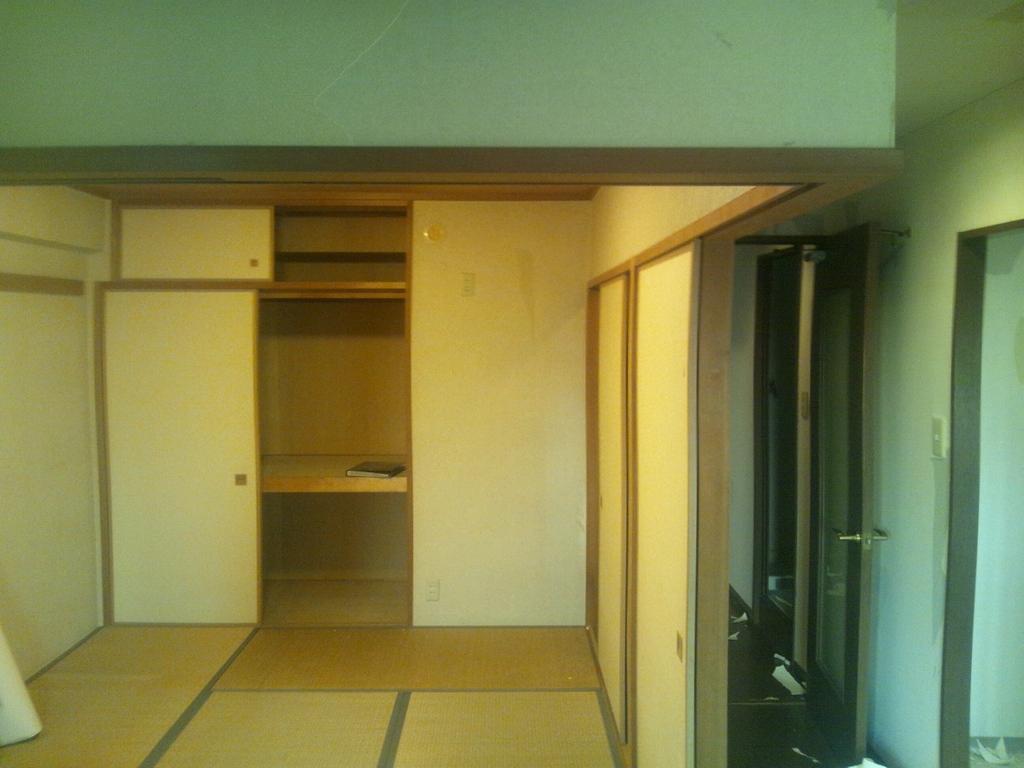 解体前の和室です。手前のLDKの部屋に併せて、LDKとの境目の壁と押入を撤去します。