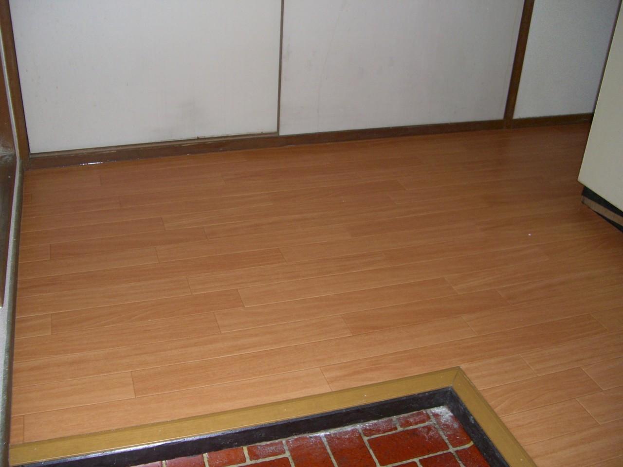 下張り施工をして、ウッドタイルをはりました。凹凸もなく、つややかな床になります。