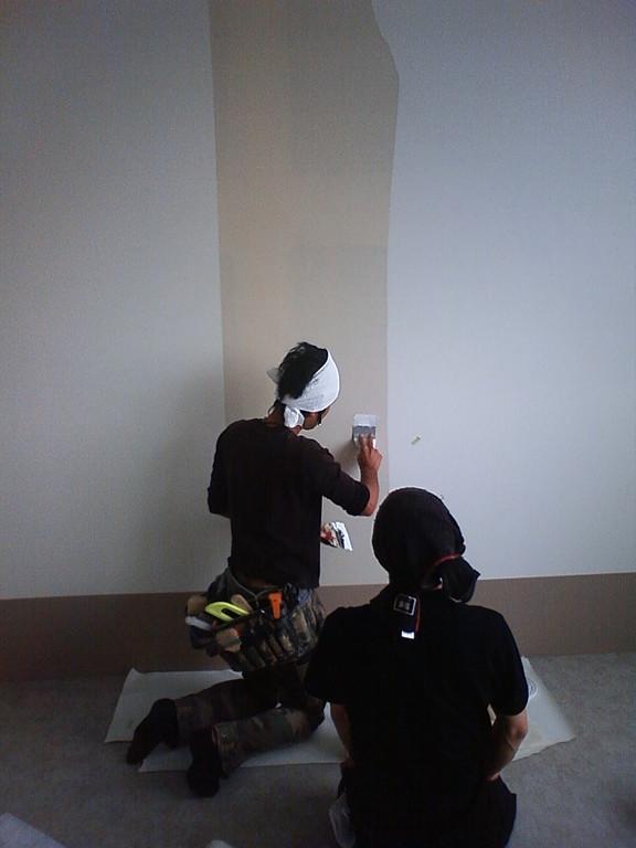パテを塗り、滑らかな壁にします。壁紙によっては凹凸があることと影ができてしまうことも・・・