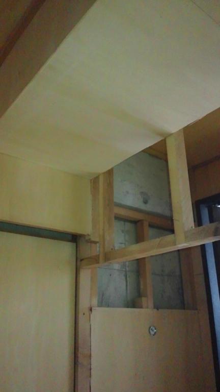 旧押入部分の天井です。引き戸のあった部分は凹凸のない壁に仕上げます。