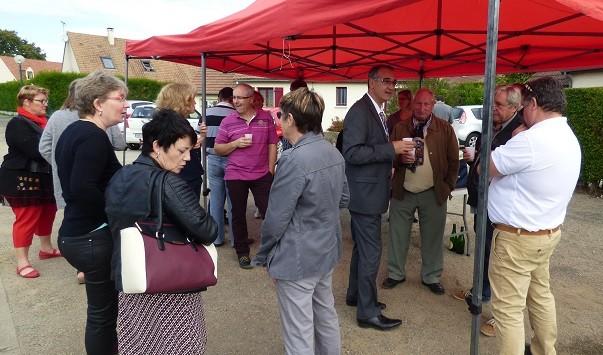 Mr Le Maire en discussion avec des concitoyens.