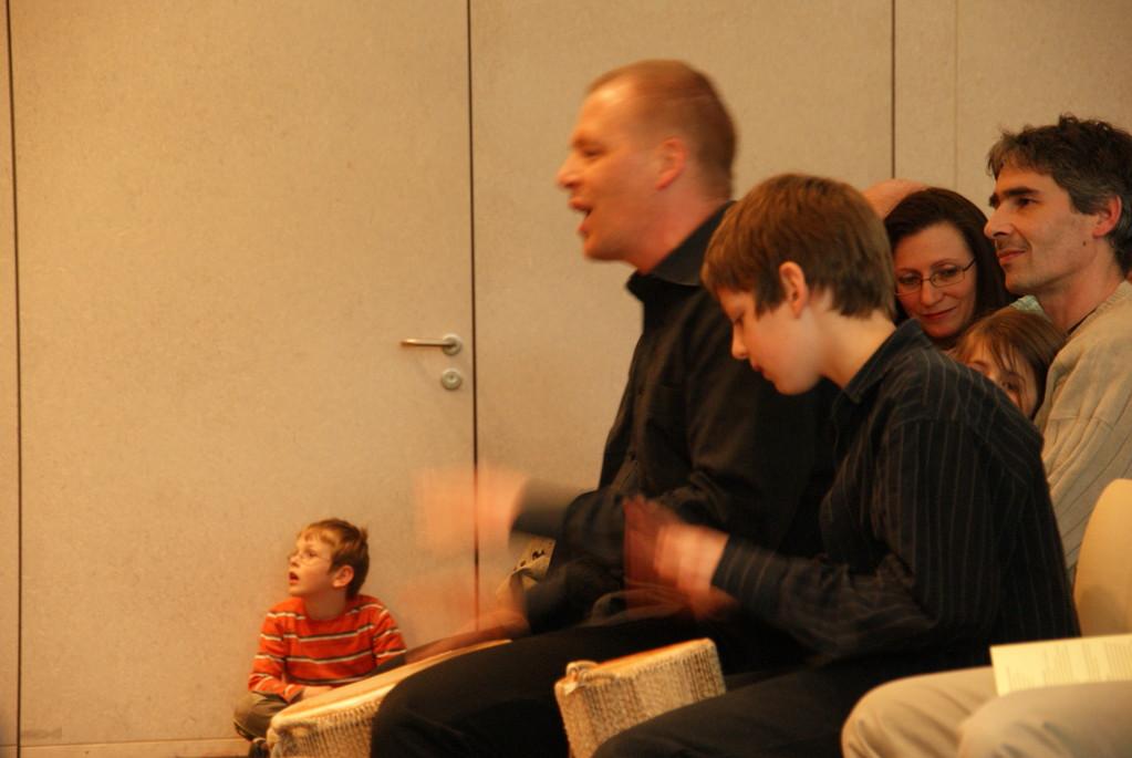 Konzertleiter Adrian Schmid mit Sohn Jonas in Aktion