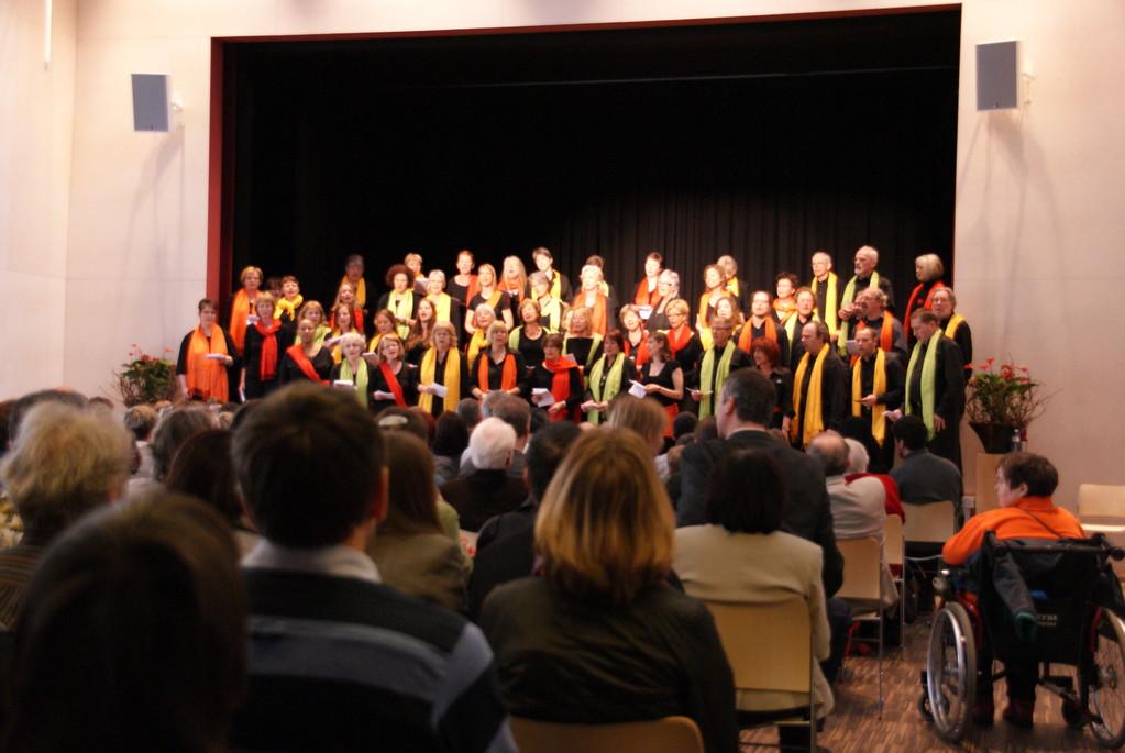 Chor mit Gastsängern/innen und Konzertbesuchern