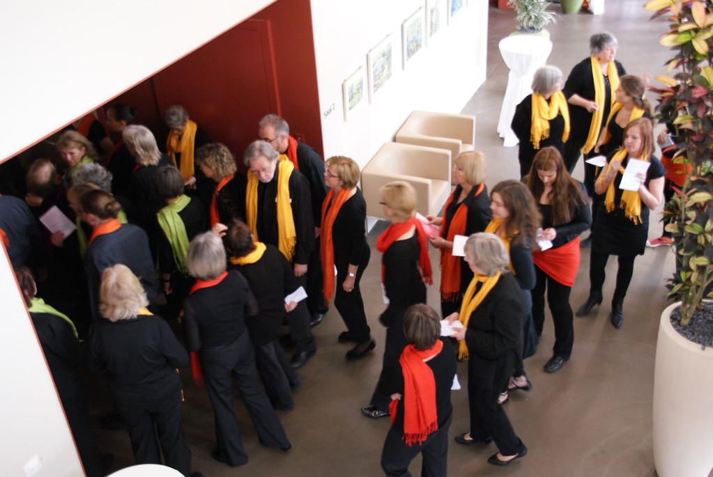 Einmarsch in den 2 x gefüllten Konzertsaal