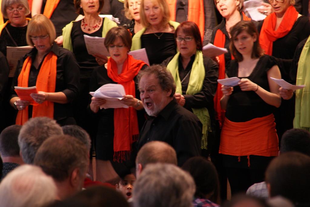 Unser Chorleiter Beat Moser dirigiert N'kosi Sikelel'i Africa