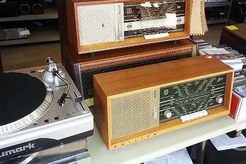 Vintage-Radios und Plattenspieler
