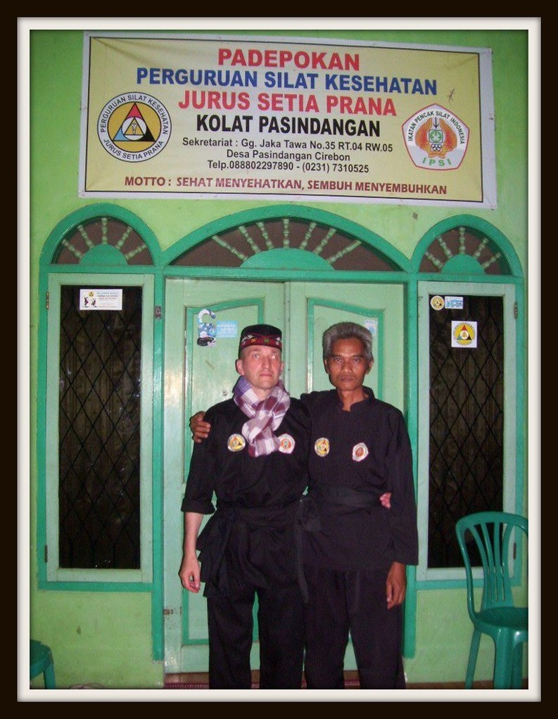 Leiter des Padepokan Cirebon Ki Mas Raden und ich