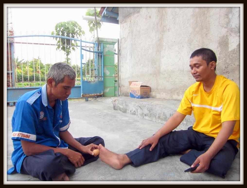 Padepokan Cirebon Ki Mas Raden macht eine Therapie