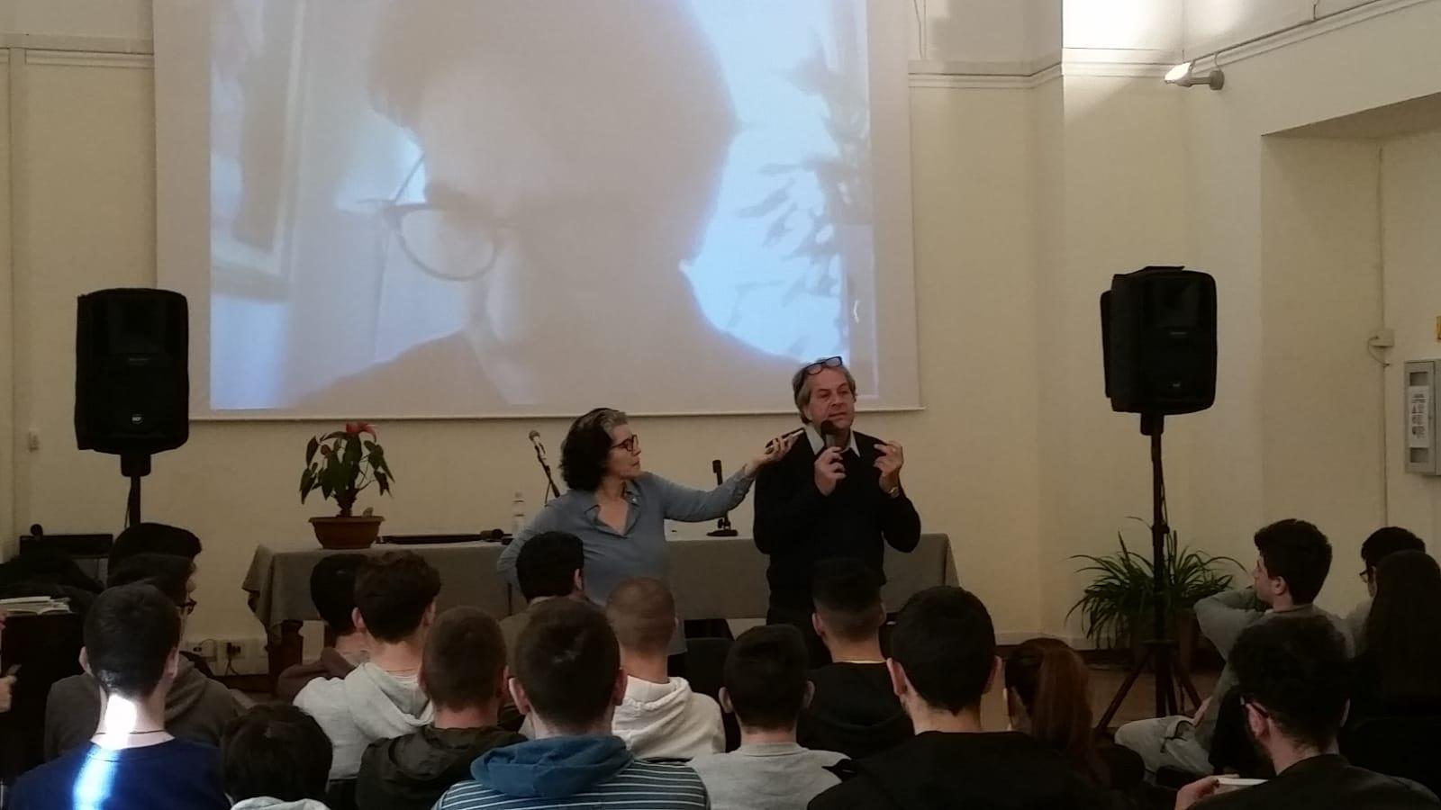 """Daniele Poto con """"Lo sport tradito"""" e Lamberto Gherpelli (in collegamento via Skype) con """"Che razza di calcio"""" con gli studenti dell'Istituto Panetti e del Liceo Socrate"""