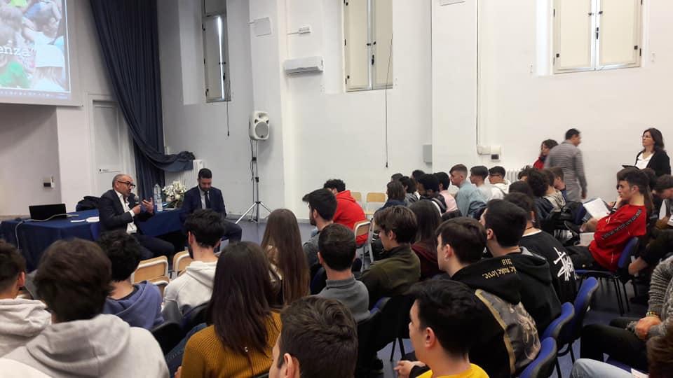 """Francesco Caringella con """"La Costituzione spiegata ai ragazzi...e agli adulti!"""" insieme agli studenti dell'Istituto Cirillo, Panetti e Vivante. Modera: Giuseppe Rella"""
