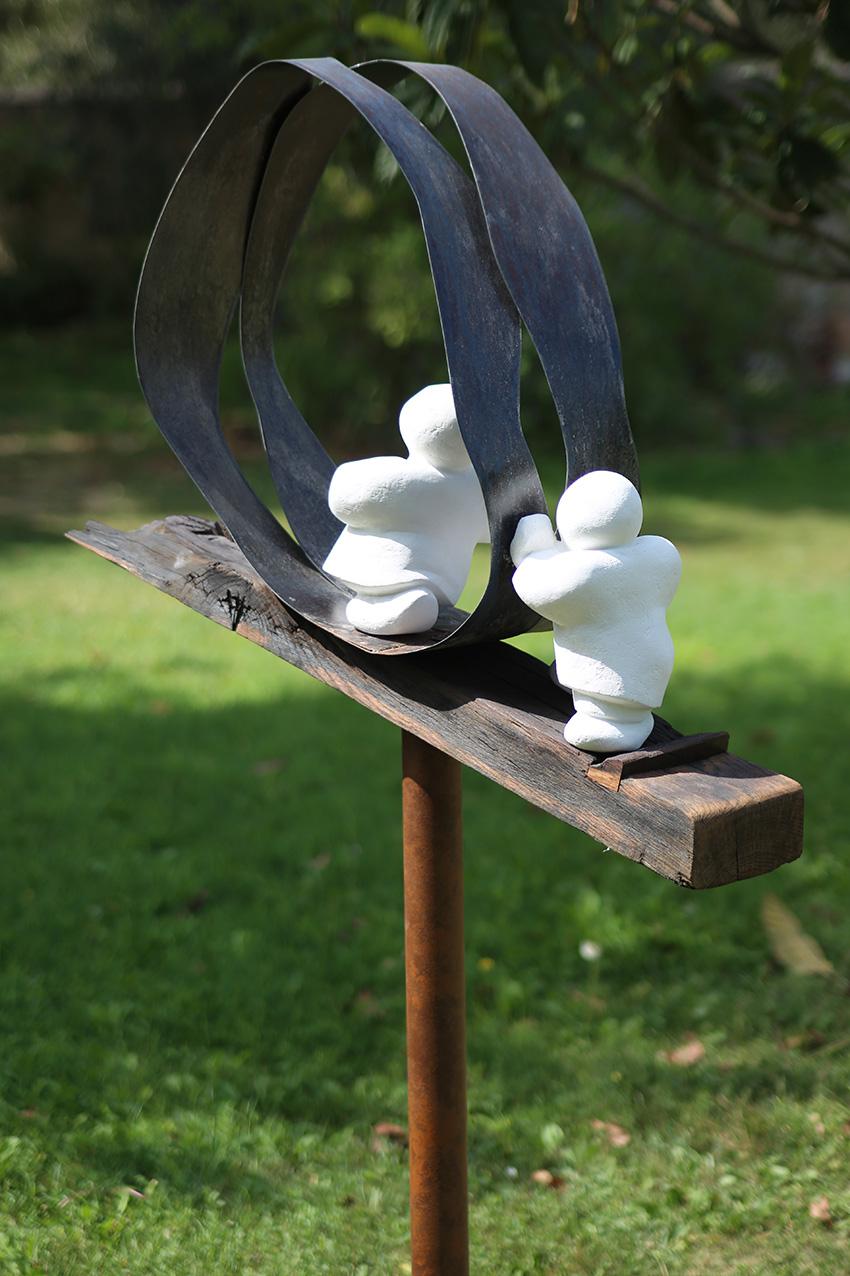 """""""La terre tourne, moi aussi... c'est pas facile"""" - sculpture en bois, métal et pierre - 168x70x30 cm"""