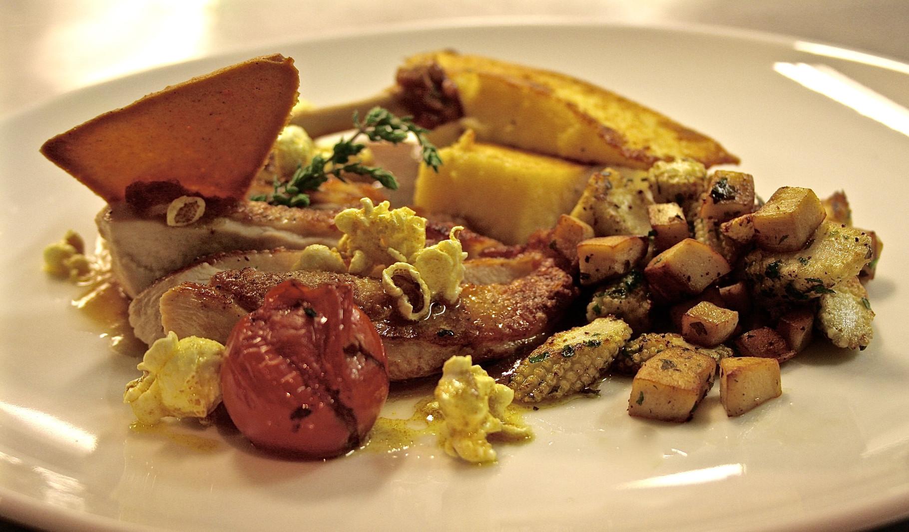 Supreme vom Schwarzfederhuhn mit Madeirajus, Kräuterseitlinge, Minimais & gebratener Polenta