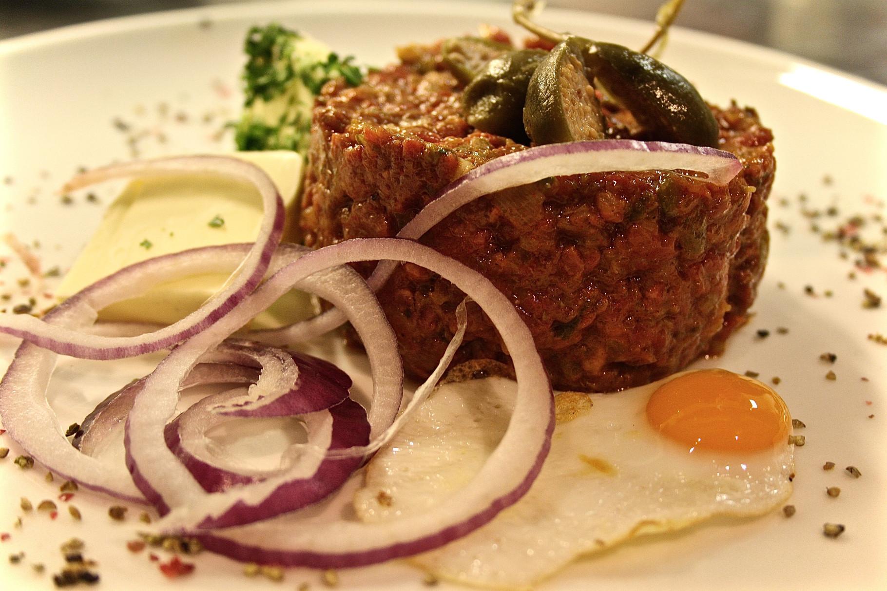 Beef tatar klassisch vom Rinderfilet mit Wachtelspiegelei