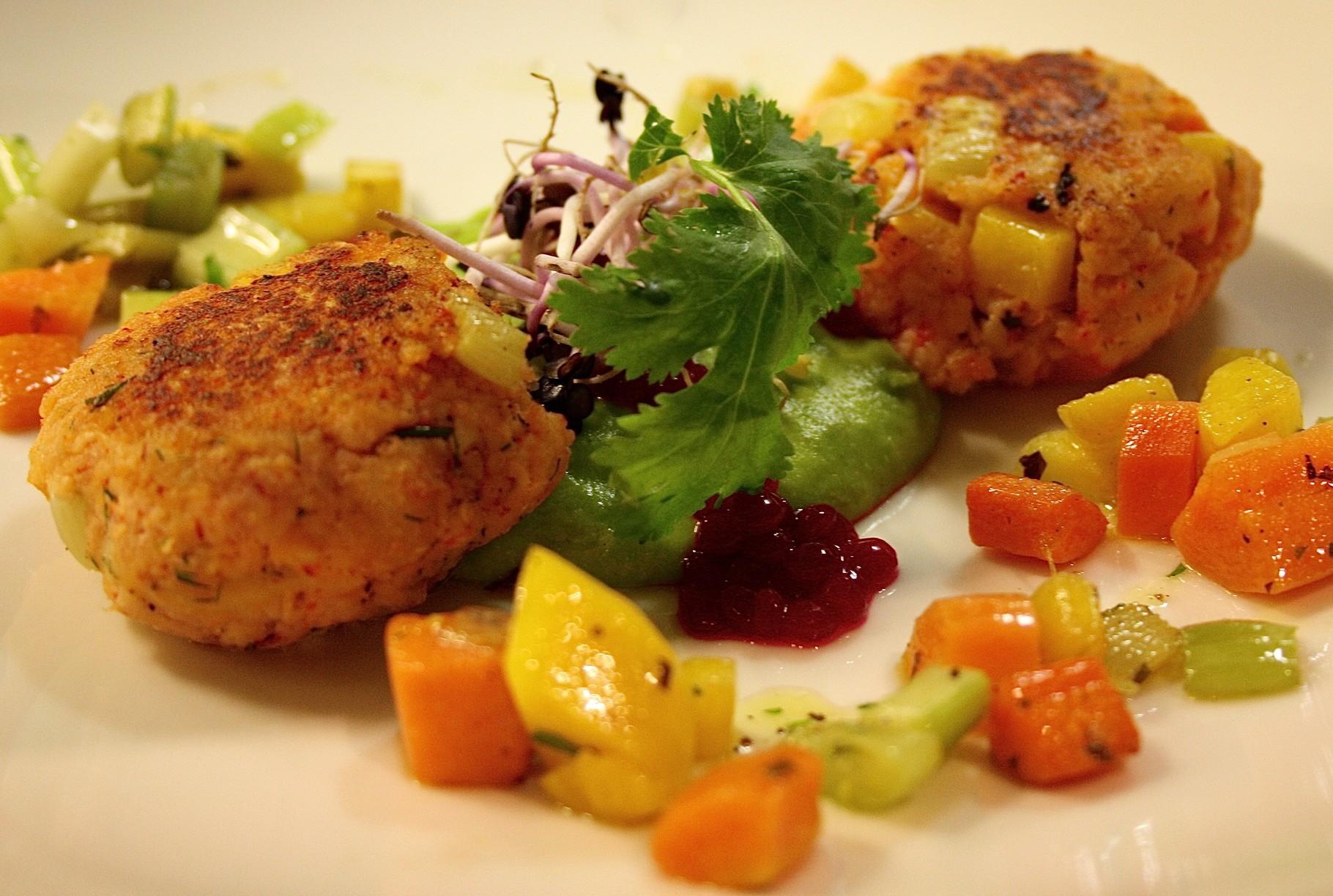 Crab Cake & Gemüse vom Grill auf Erbsenpüree mit Kaviar von roten Rüben