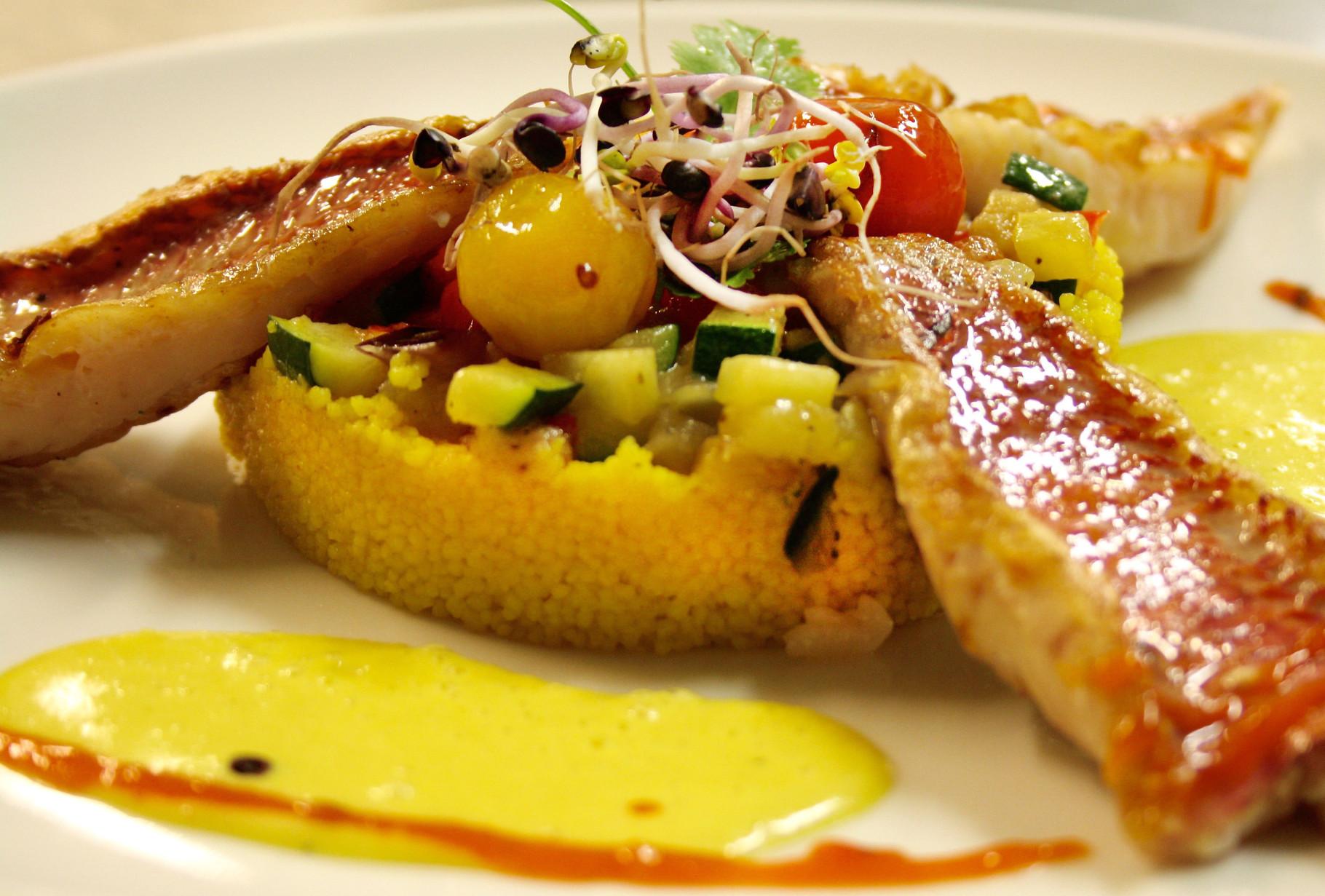 Gegrilltes Filet von der Meerbarbe mit Safransauce, Ratatouille & Couscous