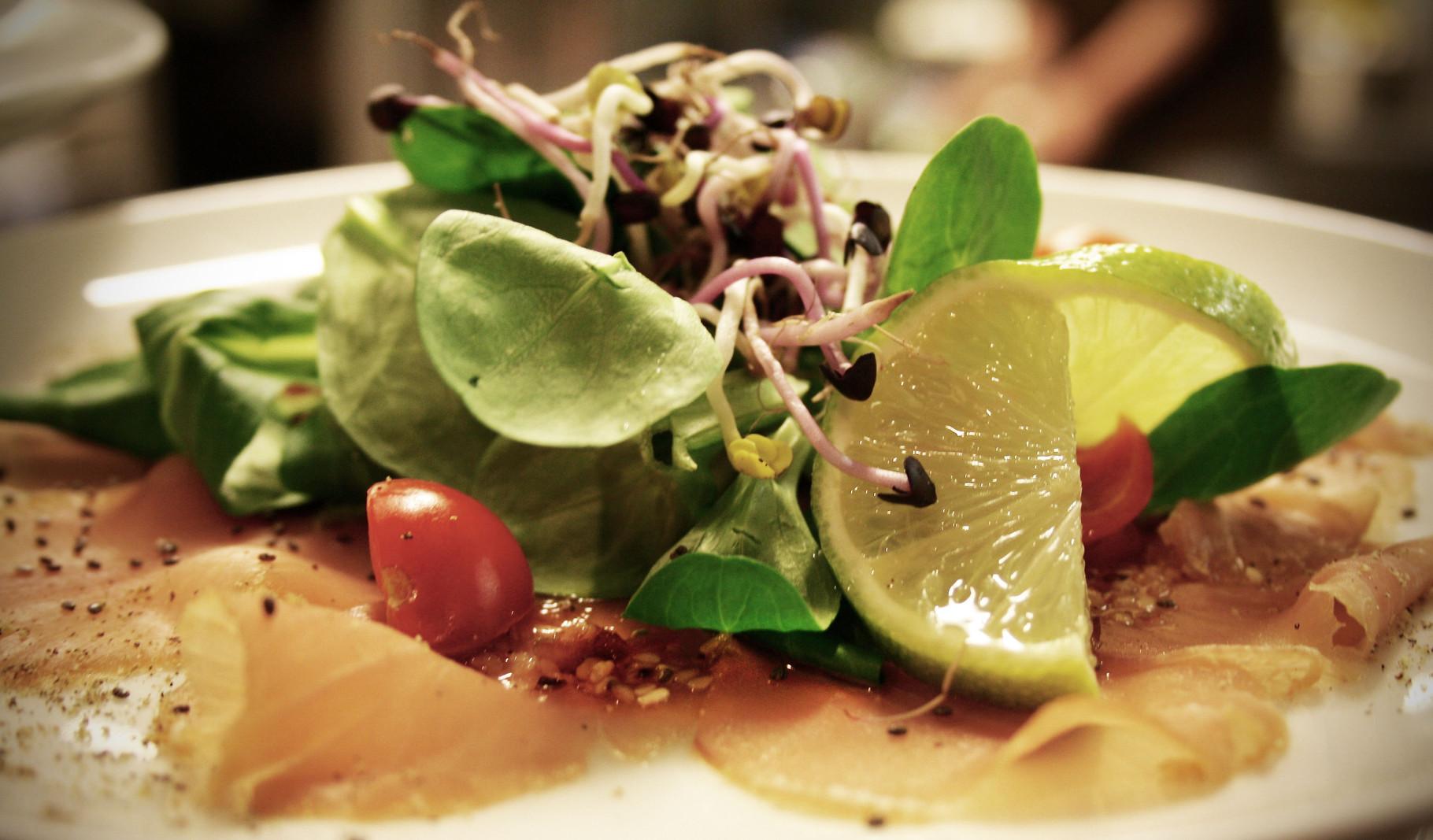 Carpaccio vom geräucherten Thunfisch mit Limetten-Sesam-Vinaigrette & Chia-Samen