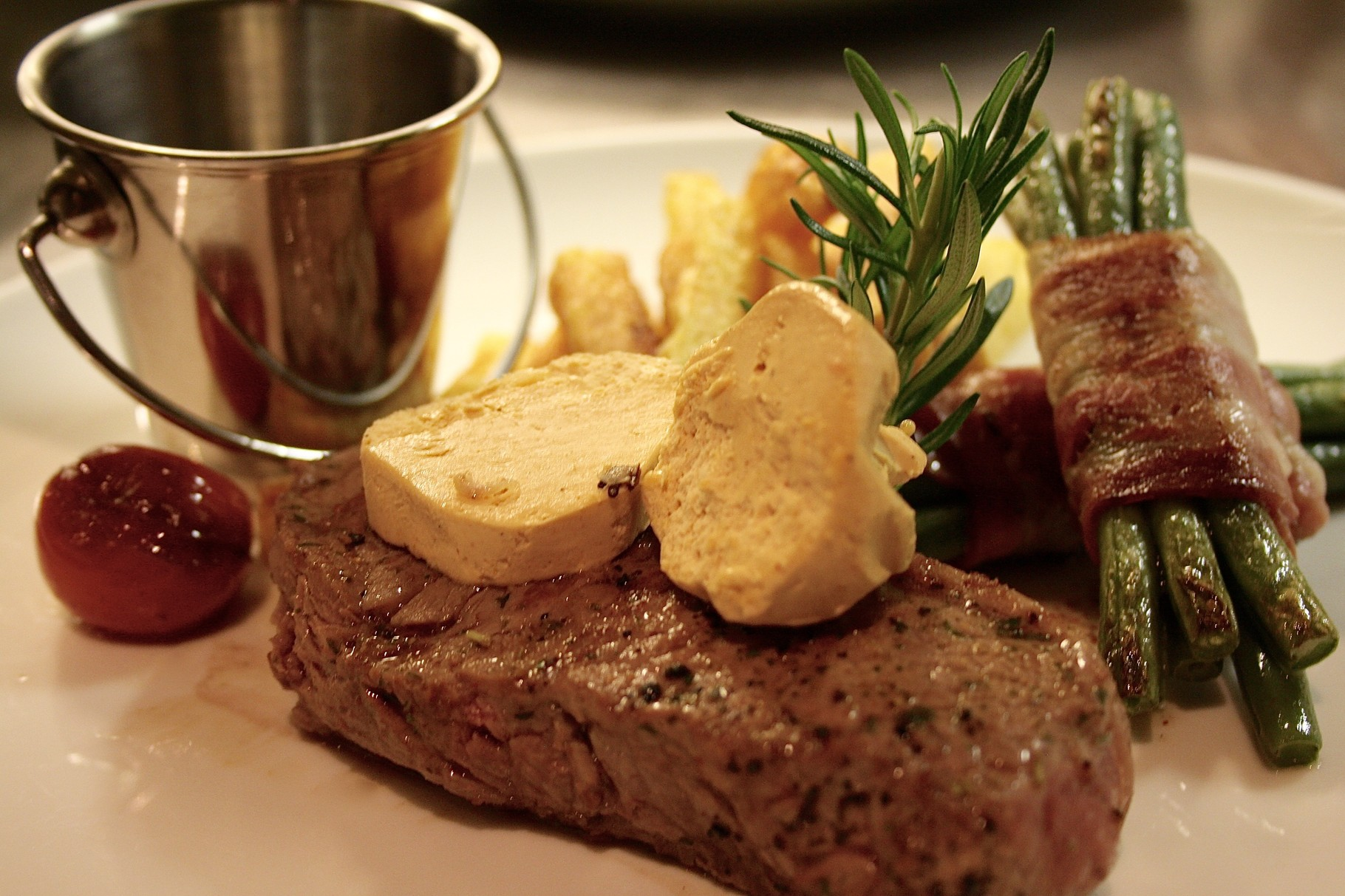 New York Striploin Steak mit BBQ-Butter, Speckfisolen & Pont Neuf Kartoffeln