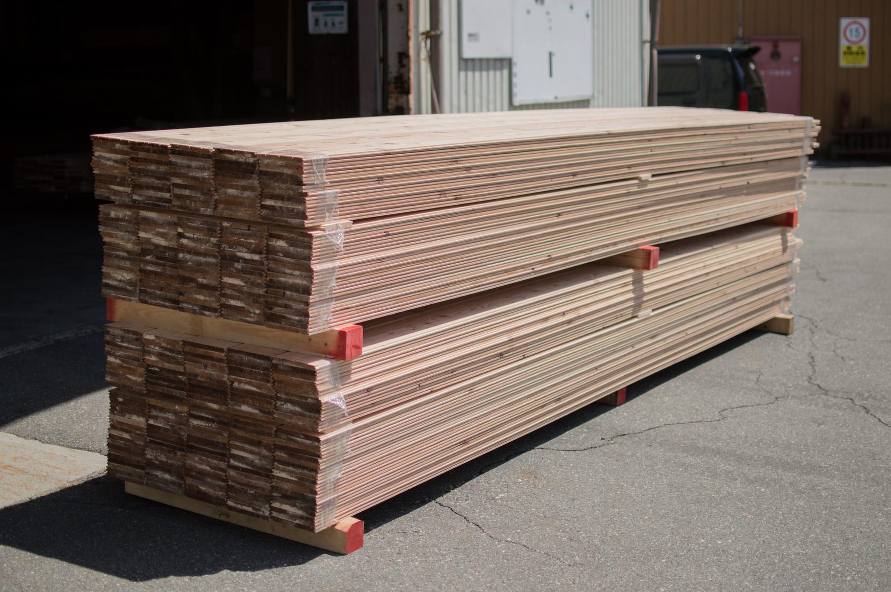 伊那唐松フローリングの受渡荷姿例。4mと長い製品になりますのでご注意ください。