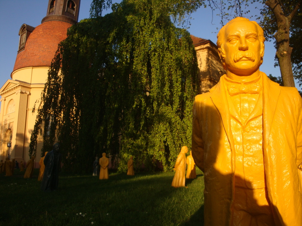 Fontane-Skulptur vor der Kulturkirche