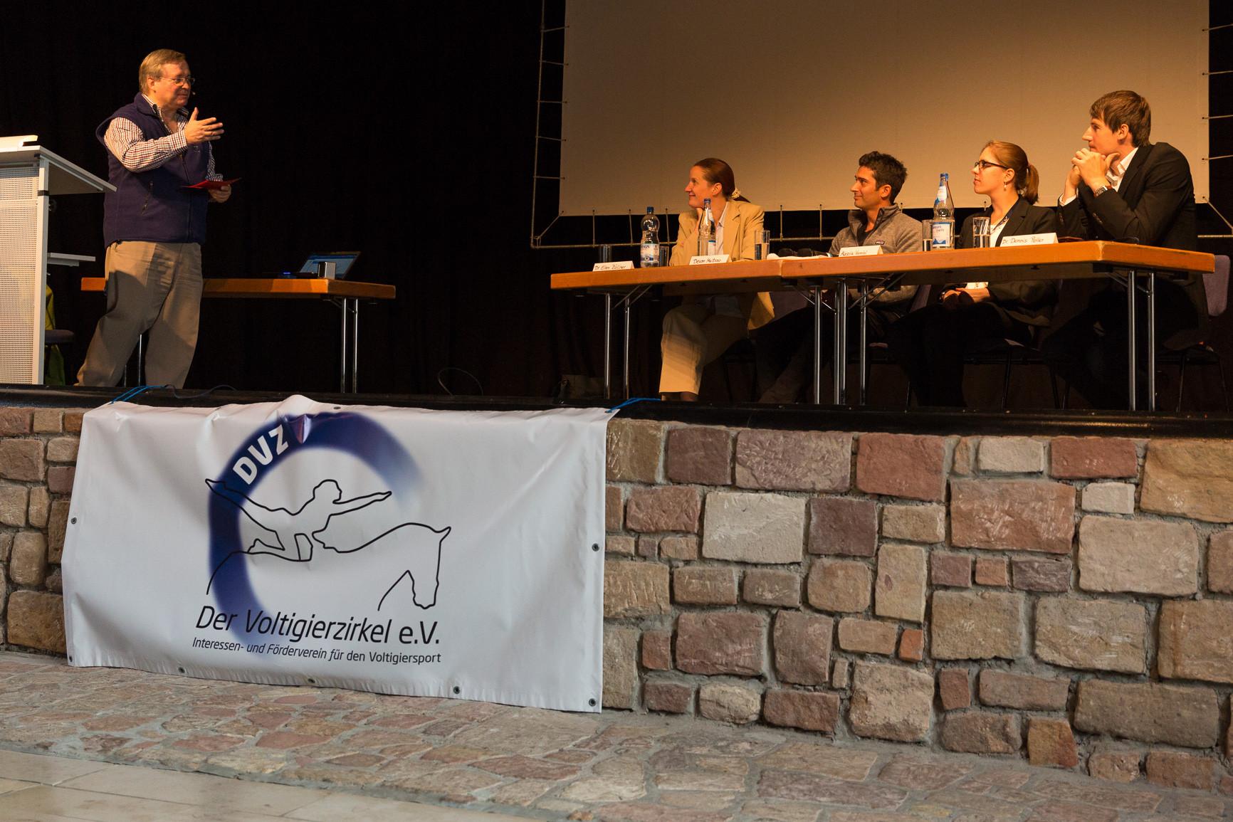 Podiumsdiskussion Voltigiertagung 2014: Dr. Ellen Zöllner, Devon Maitozo, Alessia Vannini und Dr. Dennis Peiler (von links) diskutierten unter der Leitung von Leo Laschet (stehend) die Entwicklung des Voltigiersports