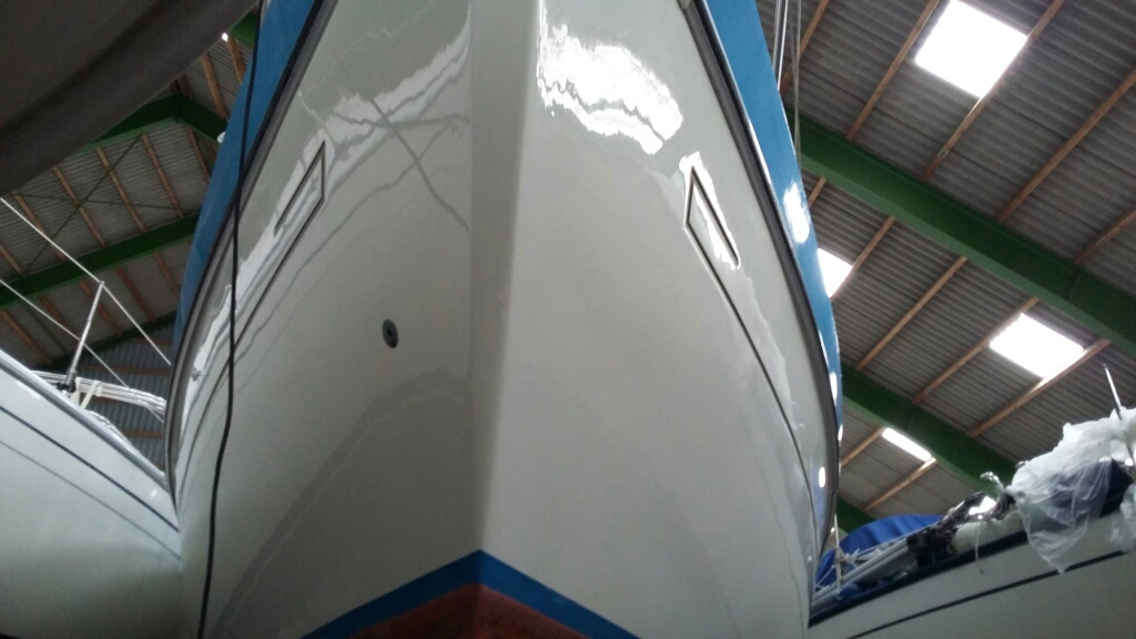 Mit effizienten Maschinen und hochwertiger Politur bringen wir auch Ihr Schiff schnell wieder auf Hochglanz.