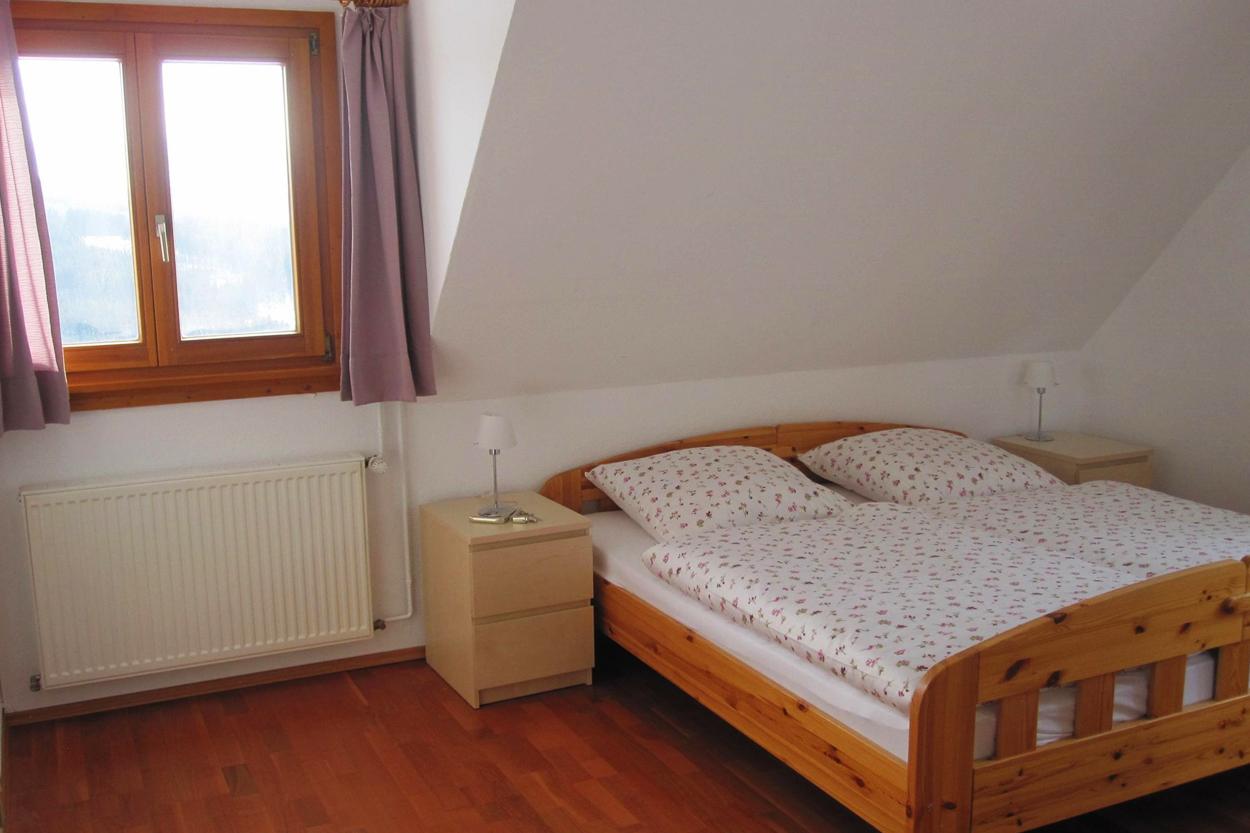 Gemütliches Schlafzimmer mit Kleiderschrank und Doppelbett (180cmx200cm)