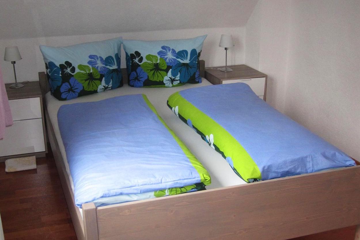 Gemütliches Schlafzimmer mit Kleiderschrank und extra langem Bett (140cmx220cm)