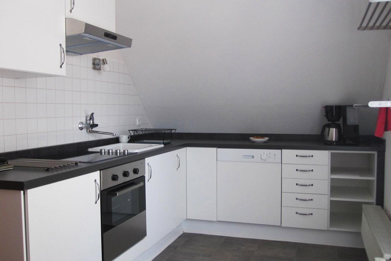 Helle, geräumige Küche mit Kühlschrank, 4 Platten Ceranfeld, Backofen, Spülmaschine und Kaffemaschine