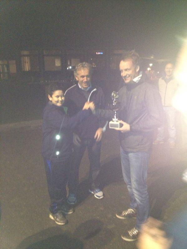 Der Sieger des letzten Moonlight-Cup übergibt den Pokal