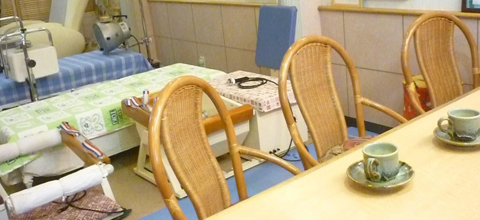 カフェ風の院内でリラックスしながら施術をお受け頂きます。