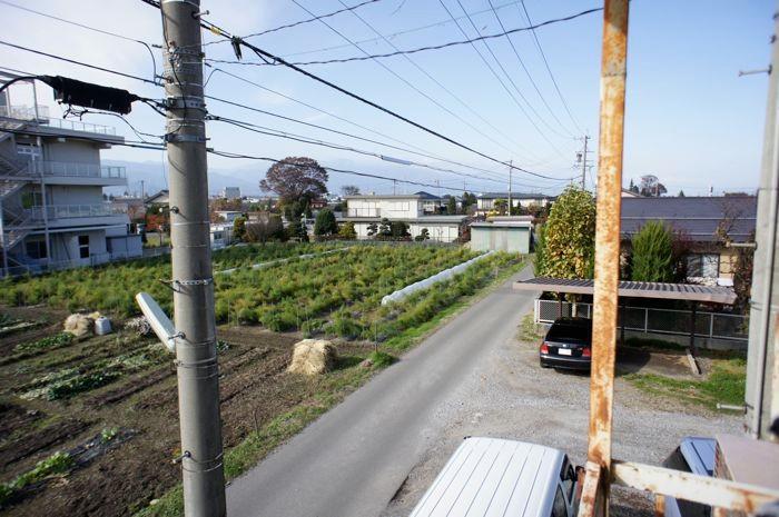 酒井さんのふたつの工房のうち、郊外の工房はこのような田園風景。
