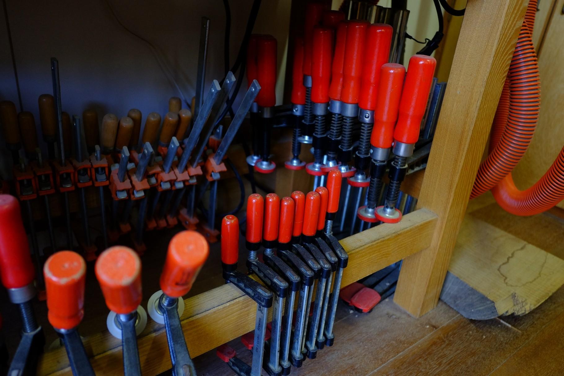中川さんの相棒の道具1。クランプ類。寄木だからたくさん要るんですね。