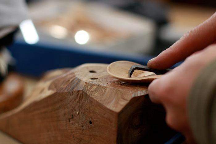 匙を削る酒井さん。もちろん道具はすべて特注+自作。