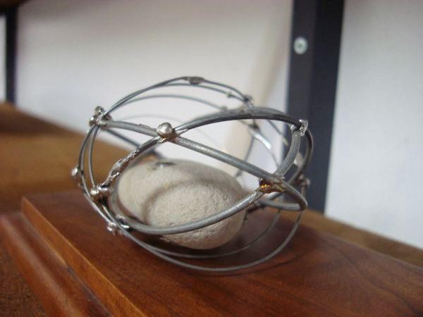 石と金属のオブジェ。