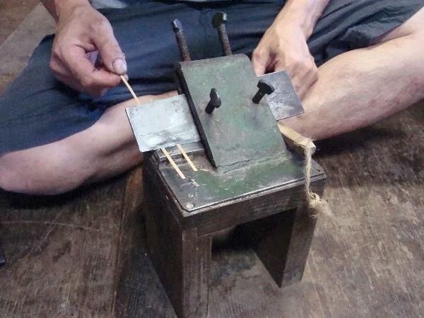 竹はほとんど手作業。まずは厚みをそろえる道具。