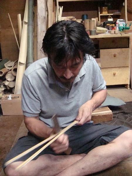 竹を割くところをみせてくれた飯島さん。