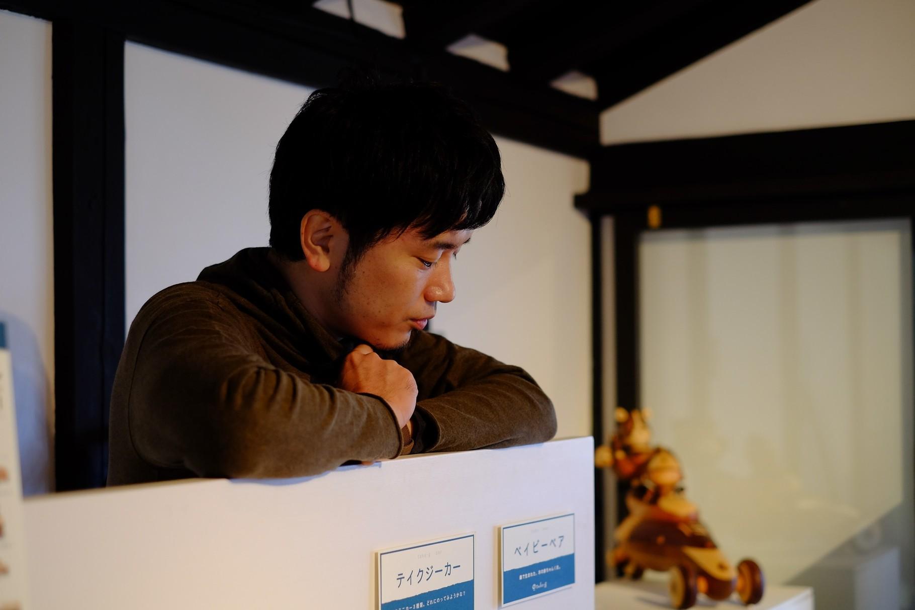 作品や活動について丁寧にお話くださる中川さん。