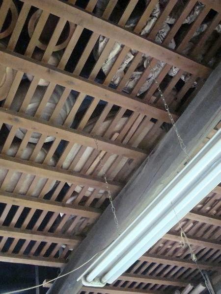 工房の天井ウラにも乾燥中の器がたくさん。